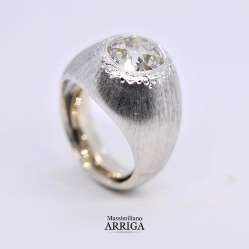 Anello in oro con diamante taglio antico